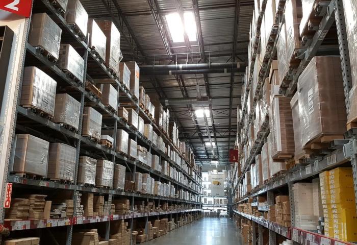 疫情之下,美国零售商的仓储物流员工面临两难抉择